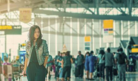 乘客在机场行走