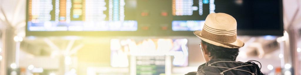 乘客阅读航班信息显示屏