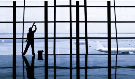 limpiando las ventanas de un aeropuerto