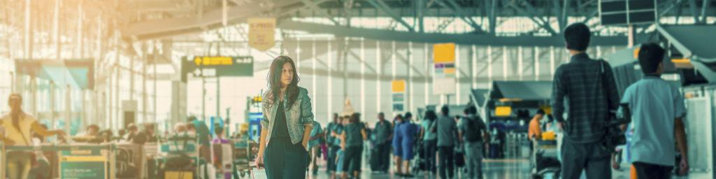 pasajero caminando por un aeropuerto