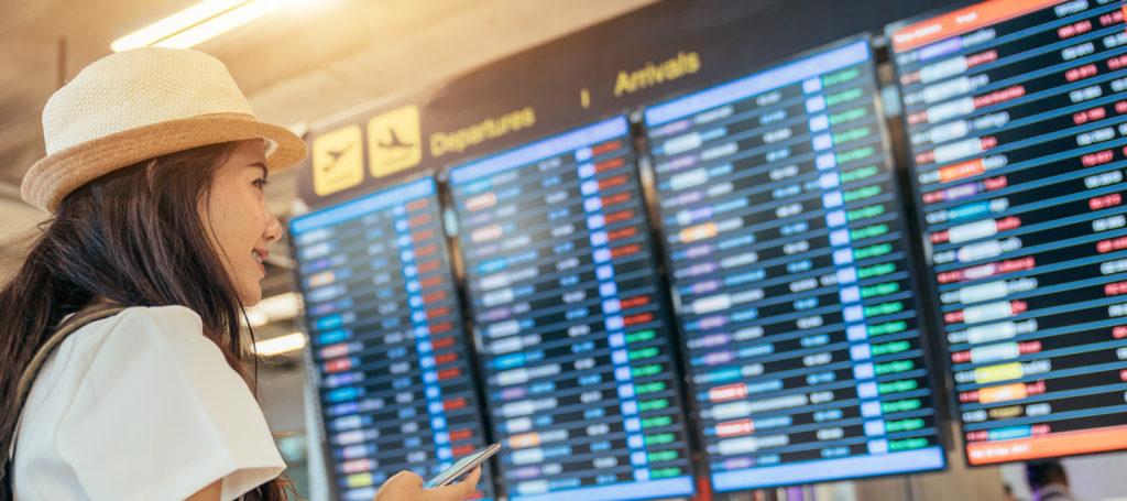 pantallas informativas de vuelos en un aeropuerto