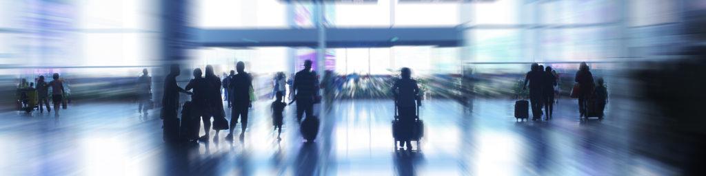 imagen borrosa de gente en el aeropuerto