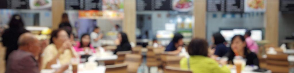 usuarios comiendo en un aeropuerto